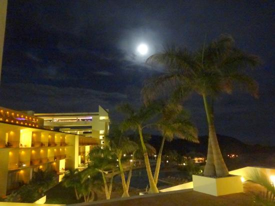 Secrets Huatulco Resort & Spa: Resort in moonlight