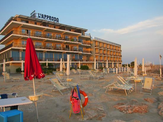 Grand Hotel L'Approdo: фасад отеля смотрит прямо на пляж и на море