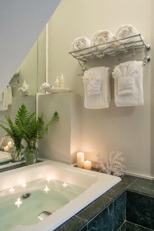 Master Suite Bath at Centerboard Inn
