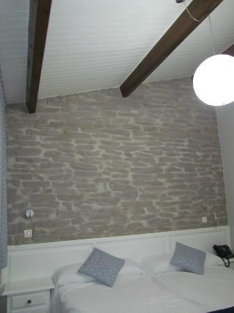 Arcos de Quejana: Falsa piedra en la pared