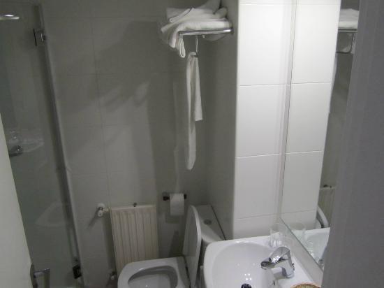 Hotel Arcos de Quejana: Minúsculo cuarto de baño