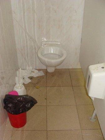 Yelloh! Village Mer et Soleil : les toilettes tres tres sales.