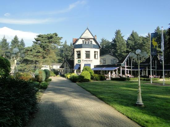 Veluwe Hotel Stakenberg: In front of the hotel