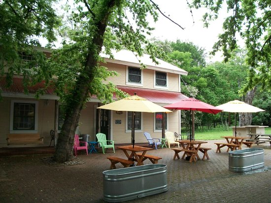 Winery on the Gruene : Beautiful shaded area