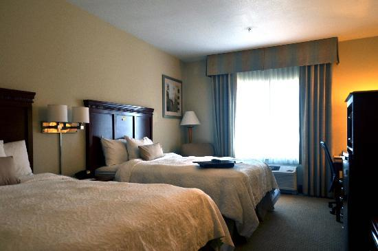 Hampton Inn & Suites Reno: Room with 2 queen beds.
