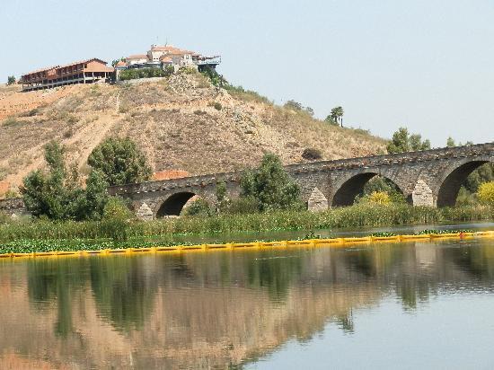 Hotel Rural Quinto Cecilio: Vista del hotel desde el río