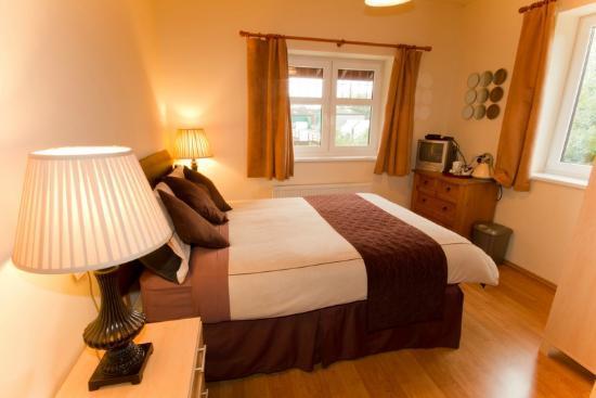 Meadowside Castle B&B: Double Bedroom