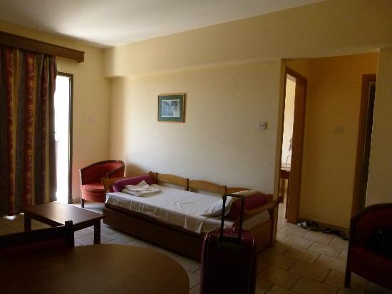 Tsokkos Sun Garden Apartments: Дополнительная кровать и второй выход на лоджию