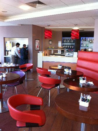 Ibis London Elstree Borehamwood: Bar/restaurant area