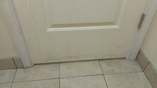 آيلاند درايف لودج: Bathroom door and floor 