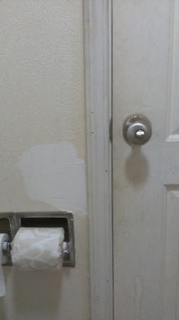‪‪Island Drive Lodge‬: Bathroom door and patched wall