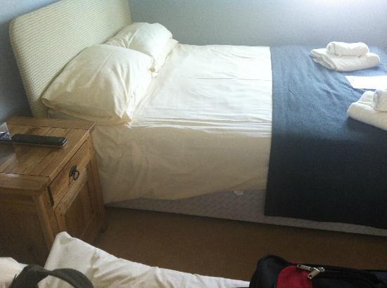 Loch Ness Inn: Poorly made bed.