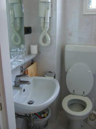 Hotel Carmencita: bathroom