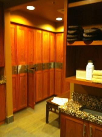 Teton Mountain Lodge & Spa- A Noble House Resort: Men's lockers in spa