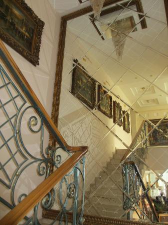 Club Royal Park Hotel: The mirror staircase