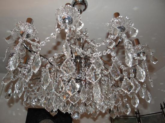 Field House Guest House: decorative chandelier in drawing room