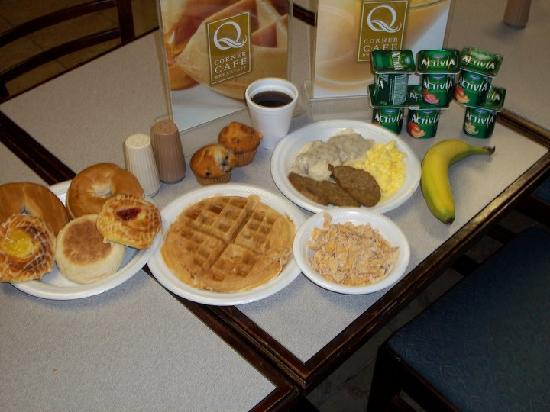 Quality Inn & Suites Eldridge On The Edge of Davenport Iowa: Fresh Hot Breakfast