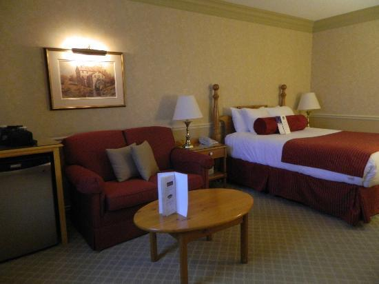 Best Western Parkway Inn & Conference Centre: mini fridge to right of couch, just out of frame