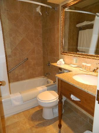 Best Western Parkway Inn & Conference Centre: Bathroom