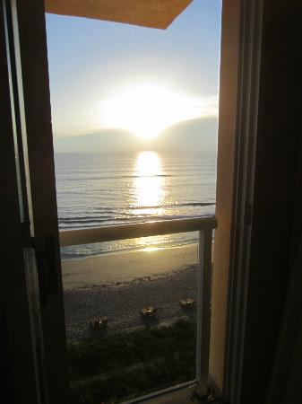 Courtyard Hutchinson Island Oceanside/Jensen Beach: Sunrise view from Room 604