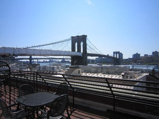 BEST WESTERN PLUS Seaport Inn Downtown: View of Brooklyn Bridge from terrace
