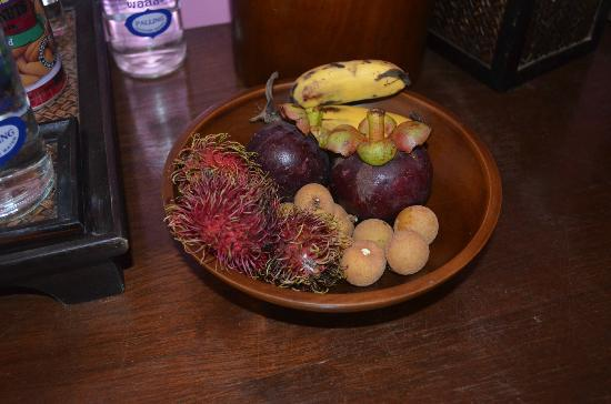 Elements Boutique Resort & Spa Hideaway: fun vegetables left in the room for decor