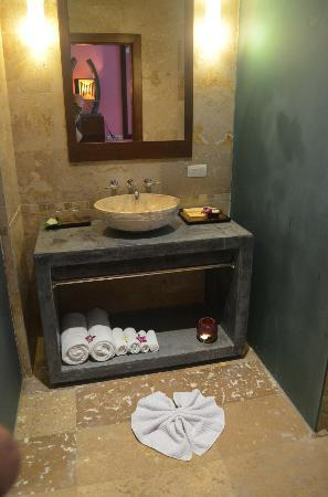 Elements Boutique Resort & Spa Hideaway: Bath decor