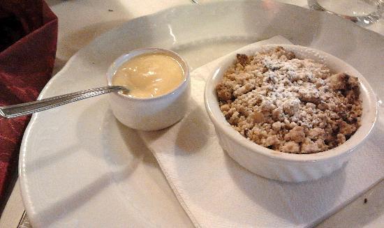 """Trattoria """"La Torretta"""": sbriciolata calda alle mele con crema alla vaniglia"""
