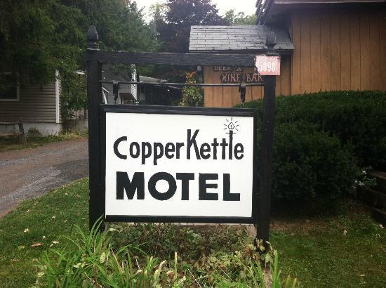 Copper Kettle Motel Cottages: Front Sign