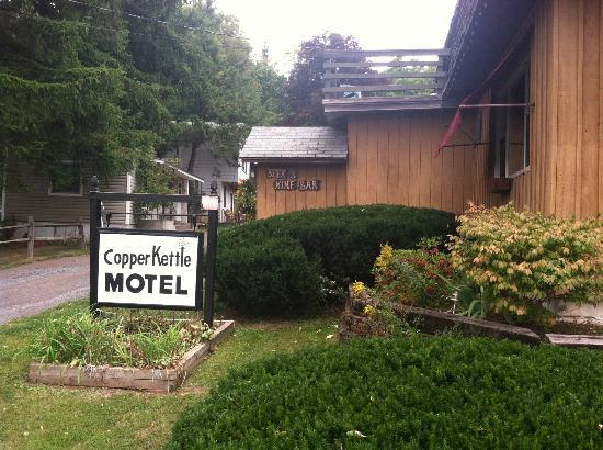 Copper Kettle Motel Cottages: View from road approaching front entrance