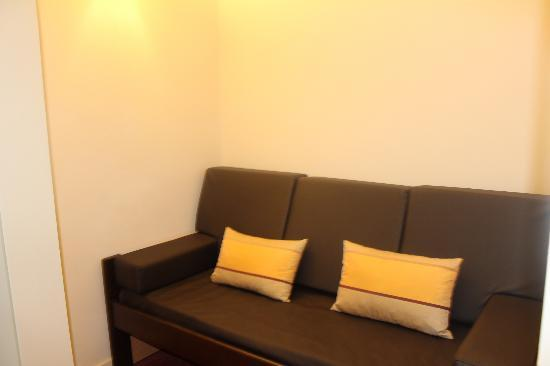 Malaposta: Un sofá en un rectangulo, sin sentido alguno.
