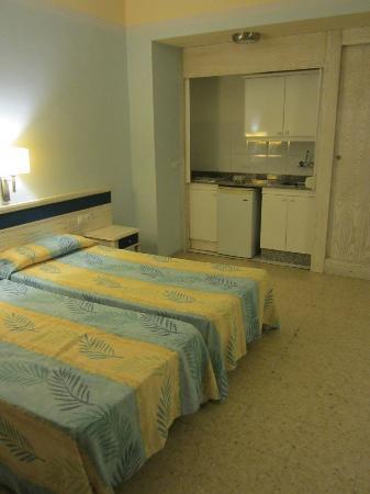 Apartamentos Colon Playa: Cocina-dormitorio-salón