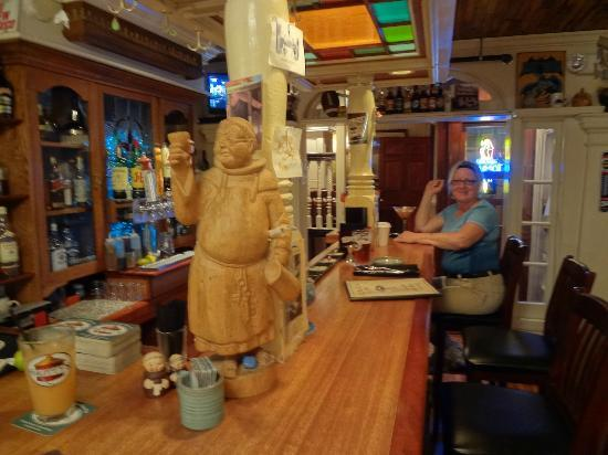 Black Friar Pub: loved the statue at the end of the bar