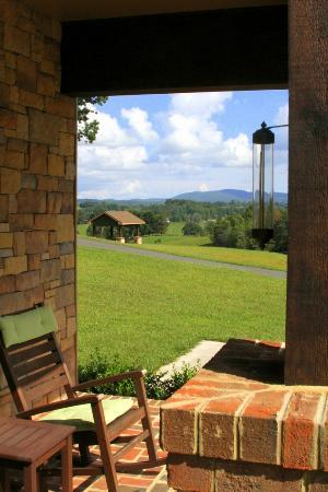 Mt Vale Vineyards: The gazebo viewed from the porch of the guest house