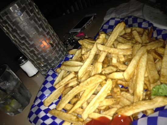 Deez Bar & Grill: yummy basket o fries