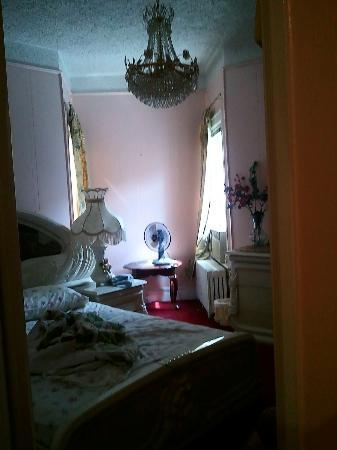 Eve's Place: Master Bedroom.. (my photos are for the suite above ground floor) it was pleasant