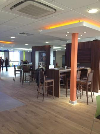 Holiday Inn Express Preston South: large reception/ bar area