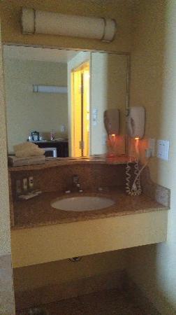 Country Inn & Suites by Radisson, Niagara Falls, ON: sink