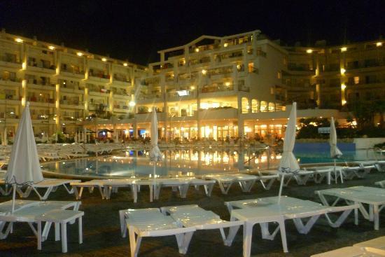 Aqua Hotel Aquamarina : Hôtel illuminé la nuit