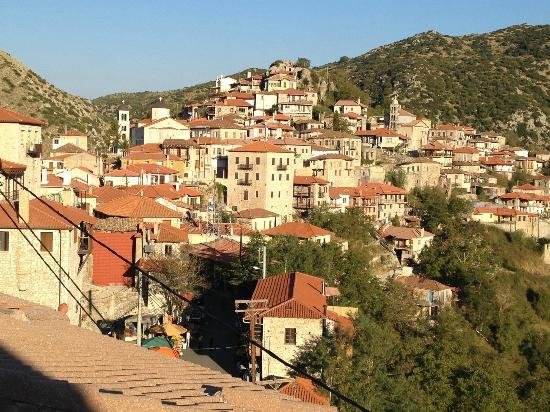 Amanites Guesthouse: The mountain town of Dimitsana from our hotel window