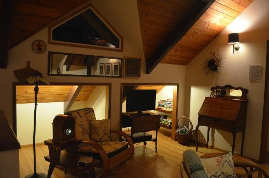 Kilauea Lodge: living room
