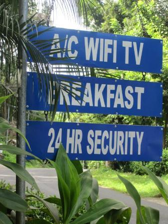 Jungle Beach Hotel at Manuel Antonio: Sign from the road