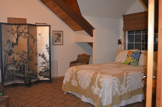 Kilauea Lodge: bedroom with a queen sized bed
