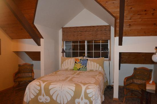 Kilauea Lodge: bedroom from another angle