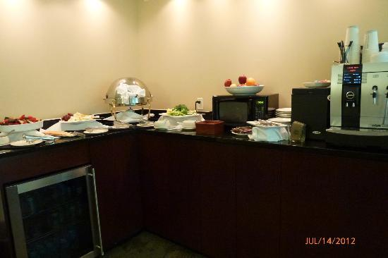 Sheraton Chapel Hill Hotel: The club lounge has fresh veggies/dip, cheese & crackers, etc in the afternoon after 5:00 PM