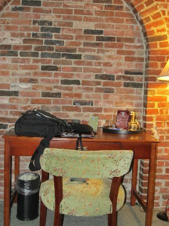 Lord Camden Inn: Nice desk with WiFi