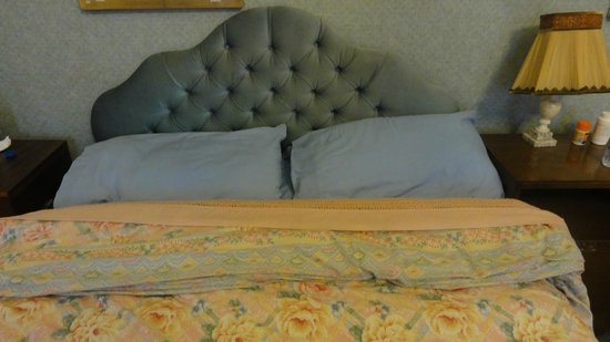 Art-House Morita B&B: Beds and bedding are dated