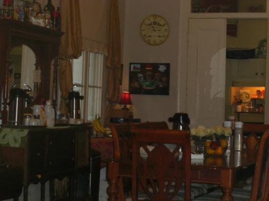 Rathbone Mansions: Rathbone Dining room, super homey and comfy!