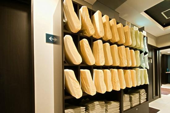 Super Hotel Chibaekimae: 枕コーナー