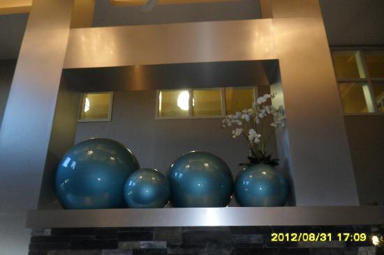 Comfort Suites Kelowna: Funky Display in Reception Area